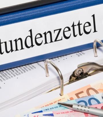 Stundenzettel Ordner im Büro mit Geld und Taschenrechner
